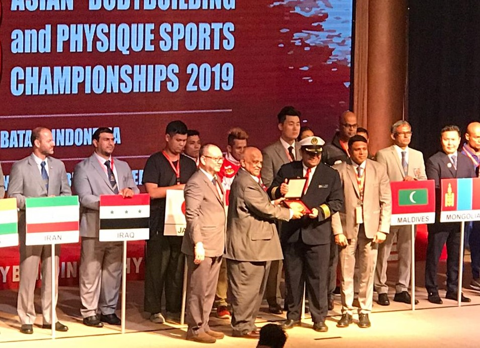 Sumantri Endang, General Manager Pacific Palace Hotel saat menerima The best Service award dari World Bodybuilding & Physique Sports Federation. (istimewa)